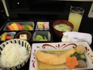 機内食、ごはんと味噌汁、鮭など