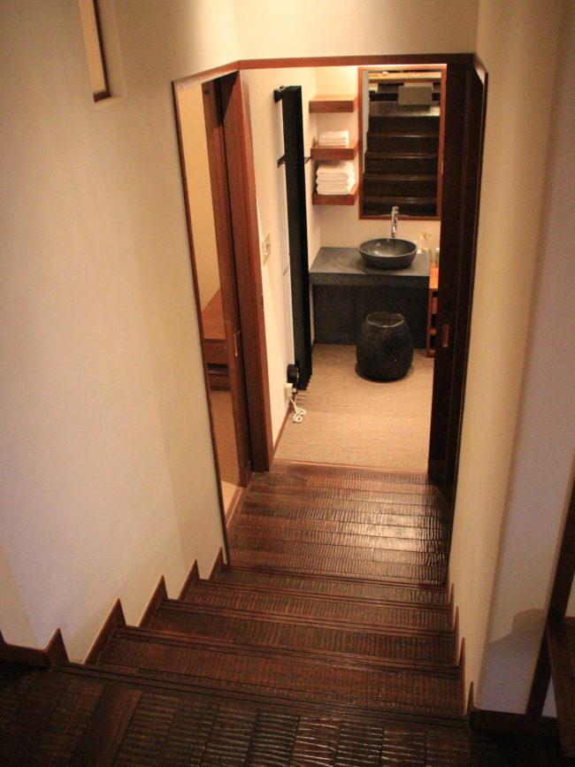 下りの階段、風呂へと続く