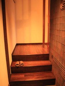 入口の階段3段登り