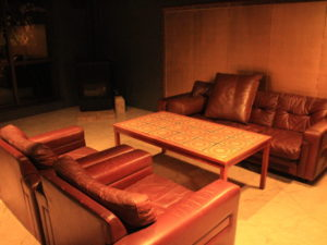 喫煙ラウンジのソファー