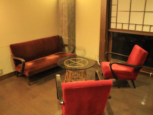 ラウンジの椅子とテーブル