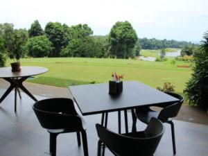 レストランのテラス席とゴルフ場