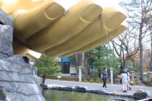 黄金の像の手