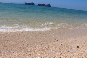 ビーチの透き通った水