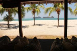 ヴィラから見える海と砂浜