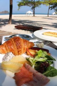 朝食とビーチ