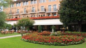 ホテルの外観と花が咲いた庭