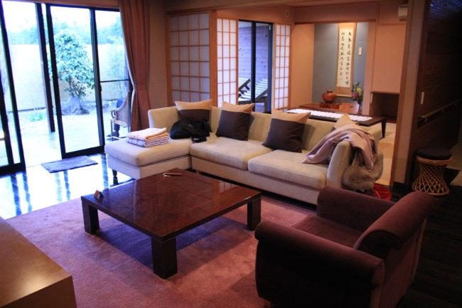 広いリビング、大きいソファー