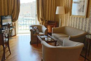 部屋の大きなソファー