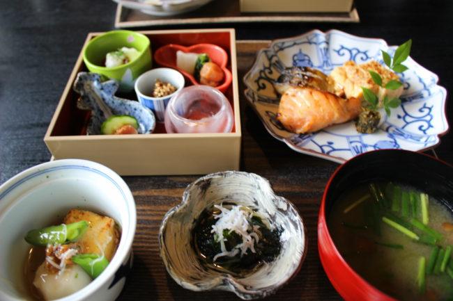 朝食の鮭やお味噌汁、色とりどりのおかず