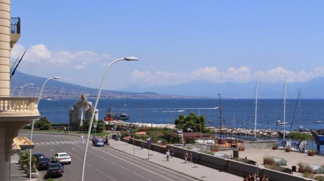 部屋から見える海とヴェスビオ