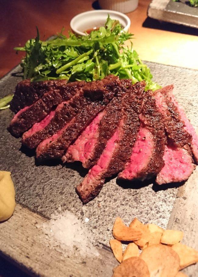 ミディアムレアの焼き加減のステーキ
