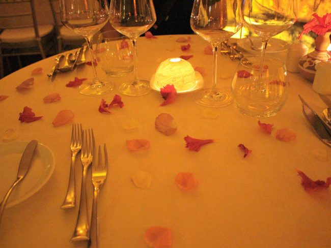 花びらたっぷりのテーブルセッティング