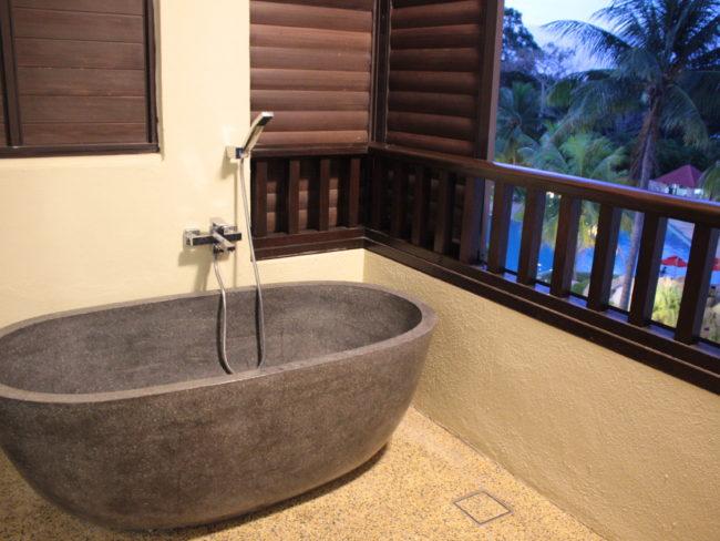 露天風呂とバルコニー